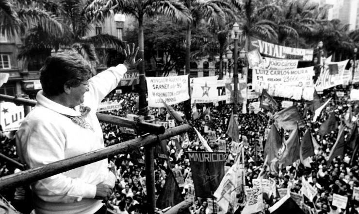 <strong> Luiza Erundina acena </strong> para apoiadores durante com&iacute;cio da sua campanha &agrave; Prefeitura de S&atilde;o Paulo