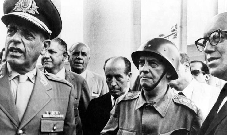 <strong> Os vitoriosos de 1º de abril:</strong> general Antonio Carlos Muricy, deputado José Maria Alkmin (de terno escuro), general Olímpio Mourão Filho e governador Magalhães Pinto (da esq.para a dir.)