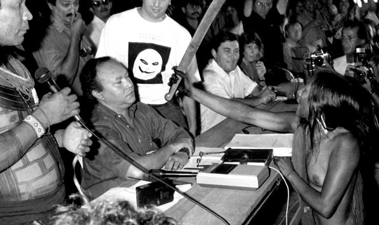 <strong> A caiap&oacute; Tu&iacute;ra aponta fac&atilde;o </strong> para o presidente da Eletronorte, Muniz Lopes, no momento em que ele defendia a constru&ccedil;&atilde;o da hidrel&eacute;trica de Carara&ocirc;  &nbsp;