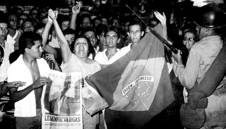 <strong> Manifestação contra o golpe </strong> na Cinelândia, no Rio de Janeiro, em 1º de abril de 1964
