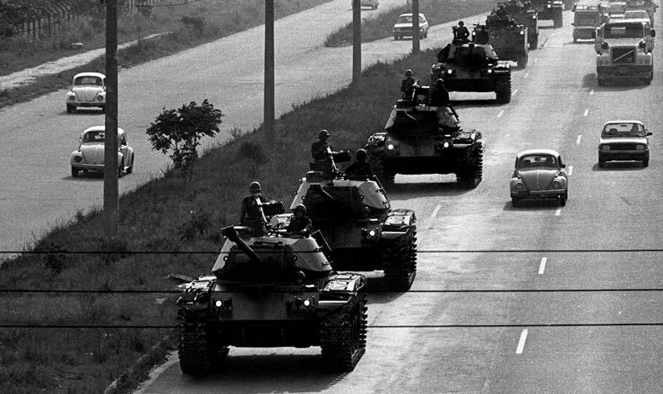 <strong> Tropas do Comando Militar</strong> do Leste deslocam-se na avenida Brasil rumo &agrave; Companhia Sider&uacute;rgica Nacional (CSN), em Volta Redonda (RJ)