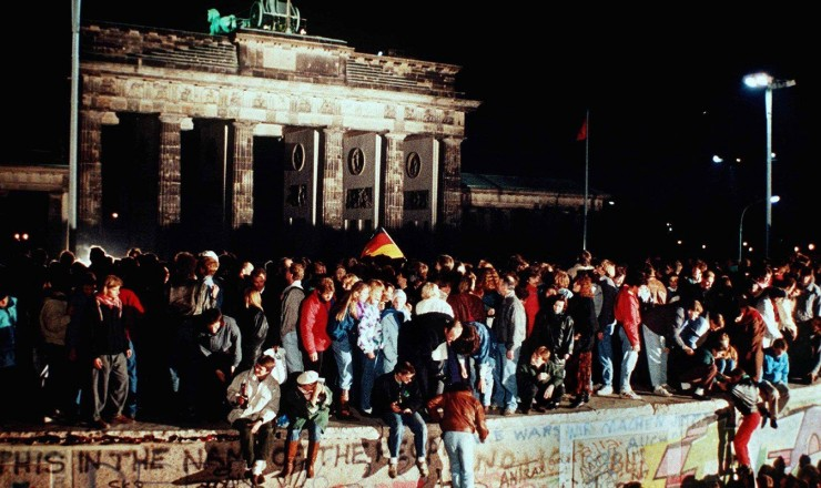 <strong> Alemães orientais e ocidentais </strong> comemoram a derrubada do Muro de Berlim, maior símbolo da Guerra Fria