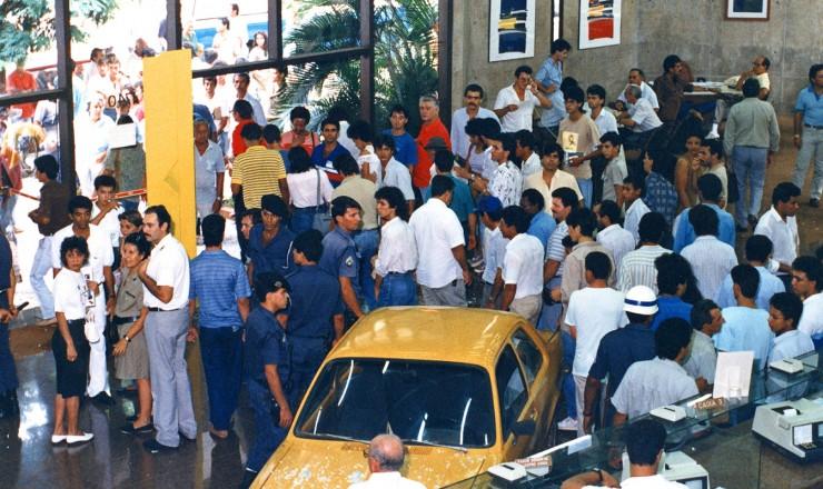 <strong> Chevette invade ag&ecirc;ncia</strong> do Banco Safra, em Campo Grande; o motorista ficou desesperado ao saber do bloqueio de seu dinheiro no &quot;overnight&quot; (dep&oacute;sito que garantia a corre&ccedil;&atilde;o monet&aacute;ria di&aacute;ria)  &nbsp;