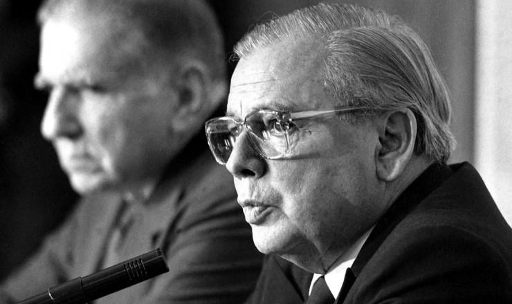 <strong> O ministro Abreu Sodr&eacute;</strong> &nbsp;anuncia no Itamaraty o reatamento das rela&ccedil;&otilde;es diplom&aacute;ticas entre Brasil e Cuba, rompidas desde o golpe de 1964  &nbsp;