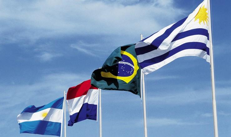 <strong> Bandeiras dos pa&iacute;ses fundadores</strong> do Mercosul&nbsp;&ndash;&nbsp; Argentina, Paraguai, Brasil e Uruguai (da esq. para a dir.)  &ndash; &nbsp;hasteadas durante a primeira reuni&atilde;o do bloco   &nbsp;