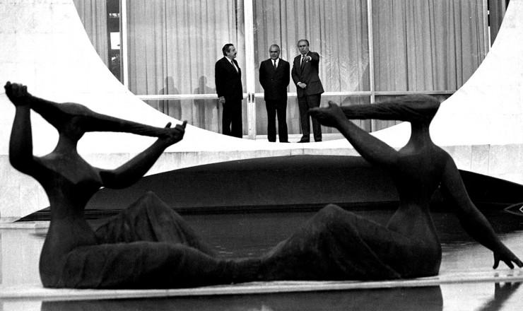 <strong> Encontro em 1988, em Bras&iacute;lia,</strong> reuniu os presidentes Ra&uacute;l Alfons&iacute;n (Argentina), Jos&eacute; Sarney (Brasil) e Julio Mar&iacute;a Sanguinetti (Uruguai, da esq. para a dir.) para discutir a cria&ccedil;&atilde;o do bloco regional