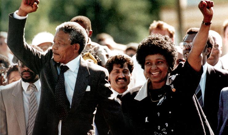 <strong> Logo ap&oacute;s a liberta&ccedil;&atilde;o,</strong> Nelson e Winnie Mandela comemoram pelas ruas da Cidade do Cabo