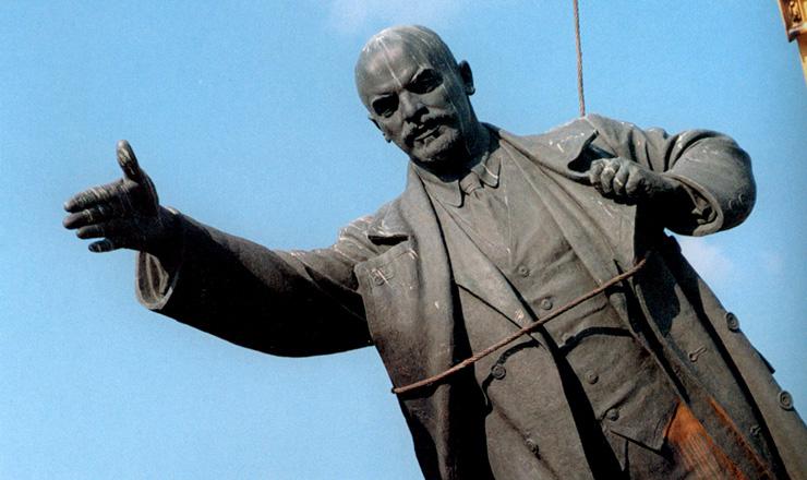 <strong> Est&aacute;tua de Vladimir L&ecirc;nin, </strong> l&iacute;der da Revolu&ccedil;&atilde;o Russa, &eacute; desmontada em Vilnius, capital da Litu&acirc;nia, primeira rep&uacute;blica sovi&eacute;tica a declarar-se independente