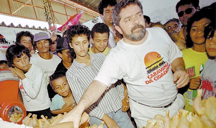 <strong> Lula em feira em Garanhuns (PE), </strong> sua cidade natal e de onde partiu a primeira Caravana da Cidadania, que passou por Alagoas, Sergipe, Bahia, Minas Gerais, Rio de Janeiro e S&atilde;o Paulo