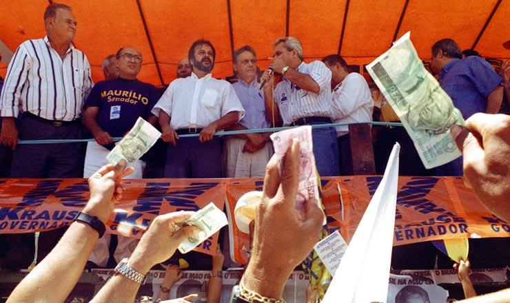 <strong> Em campanha em Pernambuco, </strong> populares saúdam Fernando Henrique Cardoso acenando com notas de real, nova moeda que trouxe estabilidade econômica