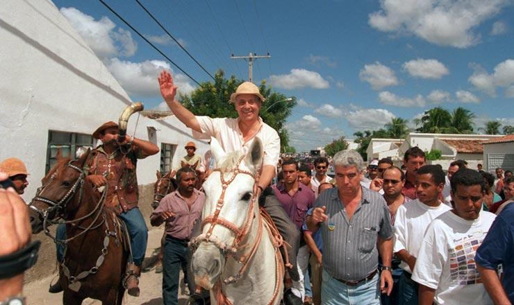 <strong> No munic&iacute;pio de Delmiro Gouveia (AL),</strong> o candidato Fernando Henrique montou a cavalo e usou chap&eacute;u de couro  &nbsp;