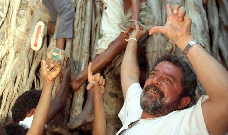 <strong> O candidato Luiz Inácio Lula da Silva</strong> com crianças de Pirapora (MG), uma das localidades visitadas pelas Caravanas da Cidadania, em que o petista procurava conhecer de perto os problemas do pais