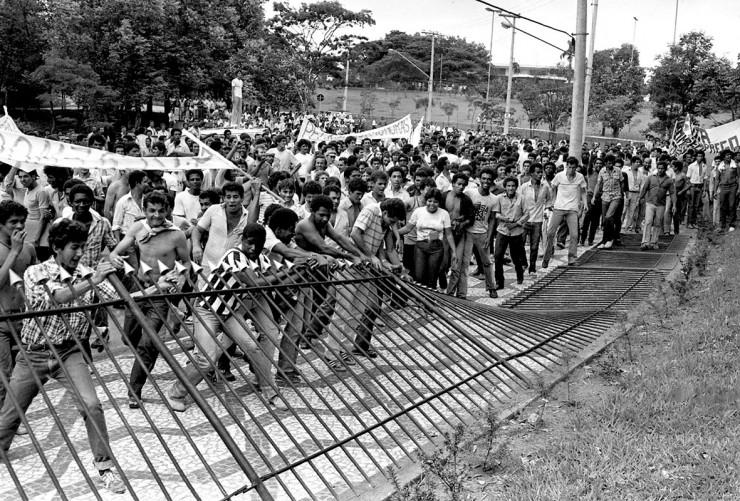 <strong> Manifestantes derrubam grades</strong> do Pal&aacute;cio dos Bandeirantes, sede do governo paulista