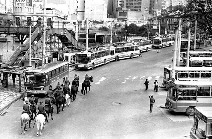 <strong> Cavalaria da PM de S&atilde;o Paulo</strong> em terminal de &ocirc;nibus no centro da cidade no dia da greve geral