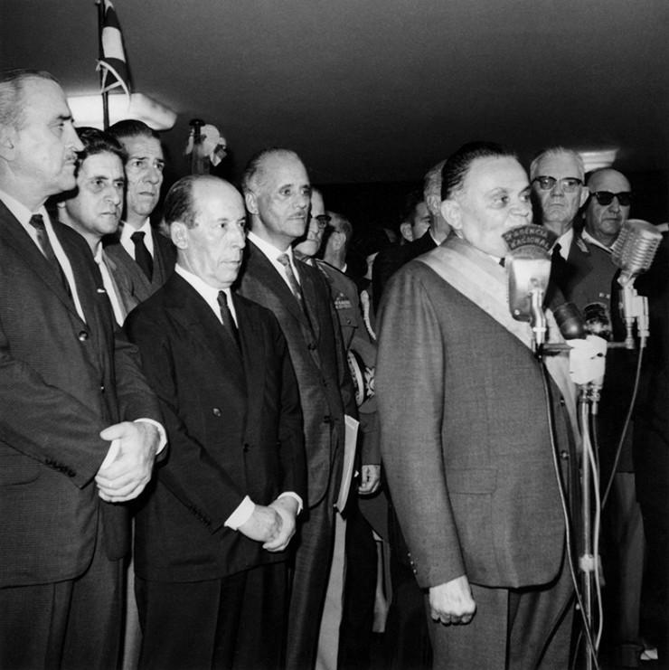 <strong> Castelo Branco discursa </strong> em sua posse, observado pelo futuro general presidente Ernesto Geisel (ao fundo, &agrave; dir.)