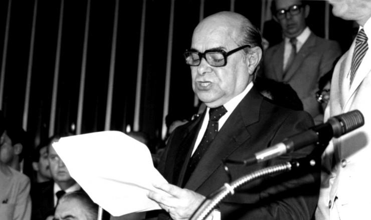 <strong> Tancredo discursa </strong> logo após ser eleito presidente da República pelo Colégio Eleitoral