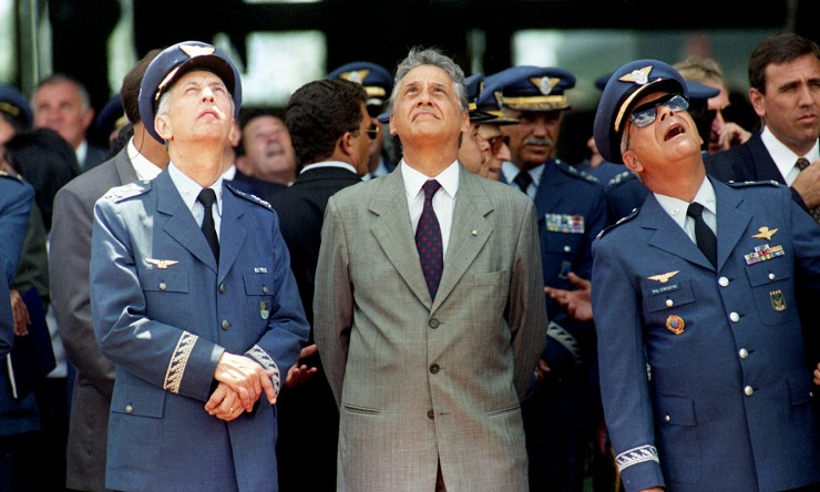 <strong> Fernando Henrique Cardoso ao lado do ministro da Aeron&aacute;utica, L&eacute;lio Lobo</strong> (&agrave; esq.),&nbsp;que substituiu o brigadeiro Mauro Gandra, afastado do cargo devido a acusa&ccedil;&atilde;o de envolvimento no caso Sivam  &nbsp;  &nbsp;