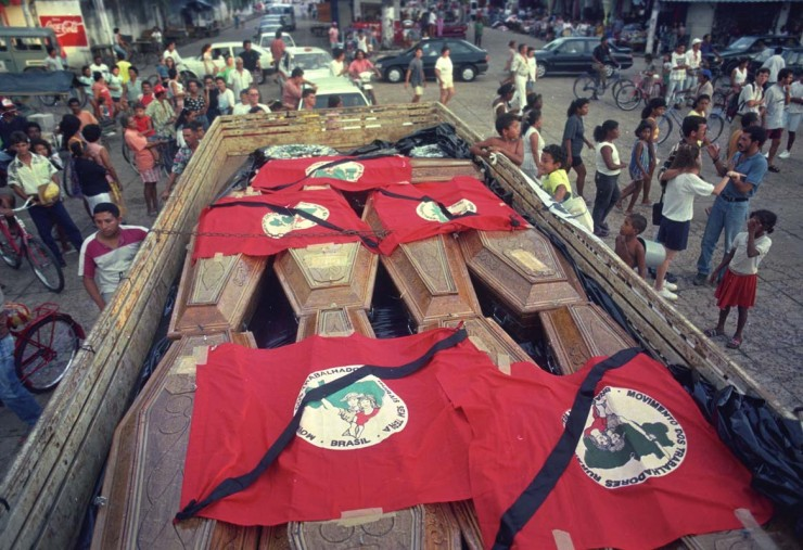 <strong> Caix&otilde;es dos mortos no massacre </strong> de sem-terras levados para enterro cobertos por bandeiras do MST  &nbsp;