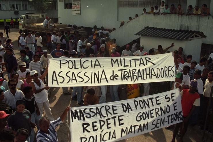 <strong> Protesto contra a a&ccedil;&atilde;o policial,</strong> em frente ao Instituto M&eacute;dico Legal de Marab&aacute; pelo massacre dos sem-terras&nbsp;
