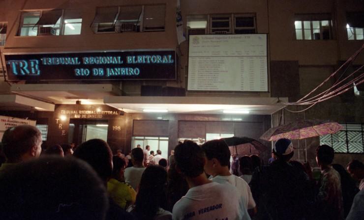 <strong> Eleitores acompanham a apura&ccedil;&atilde;o</strong> no Rio de Janeiro pelo tel&atilde;o instalado do lado de fora do Tribunal Regional Eleitoral&nbsp;  &nbsp;