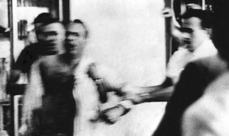 <strong> Ferido,</strong> Marighella &eacute; levado preso por agentes do Dops  &nbsp;