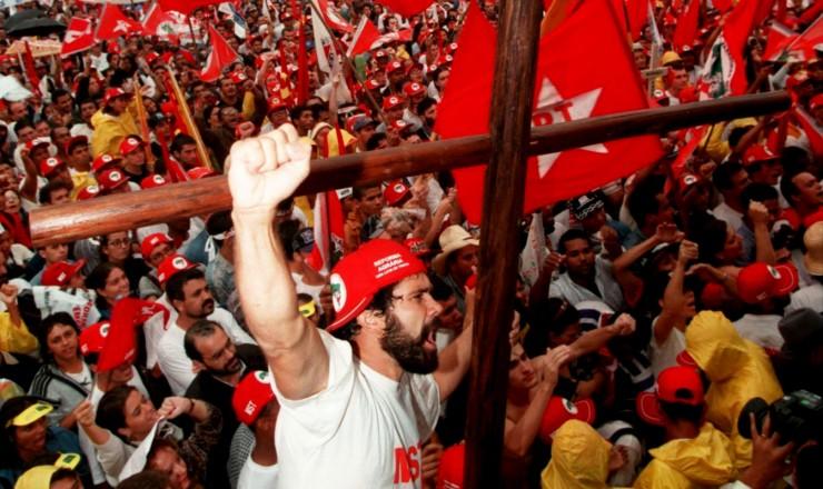 <strong> Manifestantes sem terra ocupam </strong> a Esplanada dos Minist&eacute;rios, num dos maiores atos de protesto enfrentados pelo governo Fernando Henrique Cardoso  &nbsp;