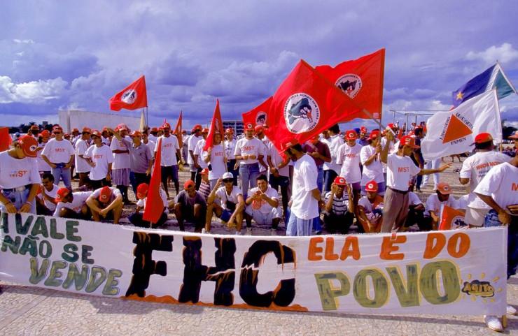 <strong> Militantes do MST protestam</strong> na Esplanada dos Minist&eacute;rios, em Bras&iacute;lia, contra a venda da Vale