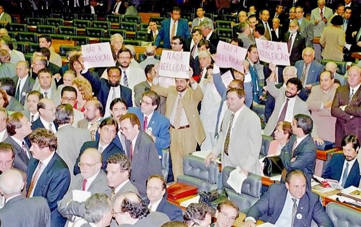 <strong> Deputados da oposição se manifestam</strong> contra a aprovação da emenda que institui a reeleição para cargos executivos durante a votação da proposta em primeiro turno na Câmara