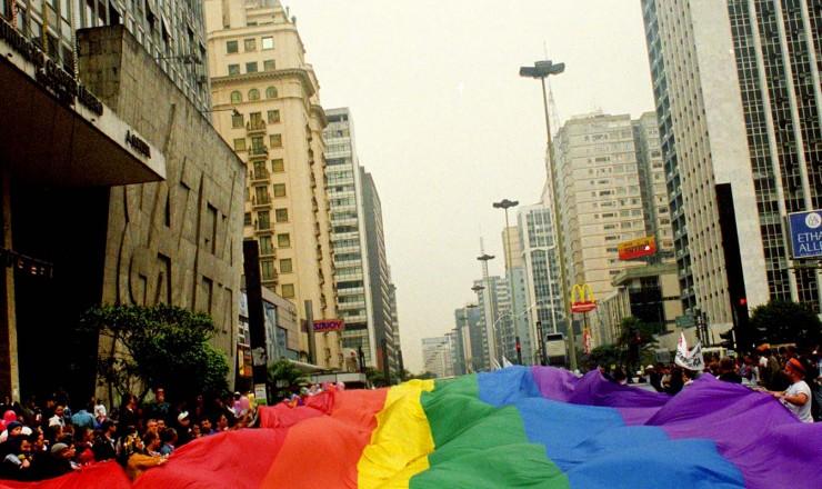 <strong> Bandeira gigante com as cores do arco-&iacute;ris,</strong> representativa do movimento gay, cobre os participantes da Parada do Orgulho LGBT na av. Paulista, em S&atilde;o Paulo&nbsp;  &nbsp;