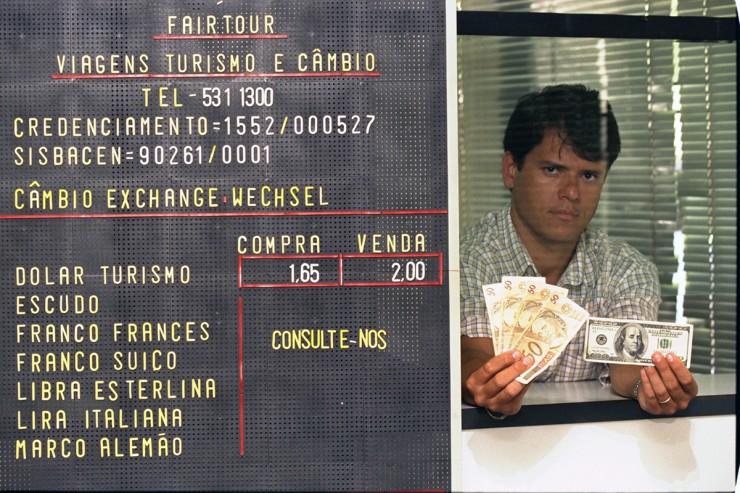 <strong> Ap&oacute;s a desvaloriza&ccedil;&atilde;o do real,</strong> d&oacute;lar chegaria rapidamente a valer o dobro da moeda brasileira