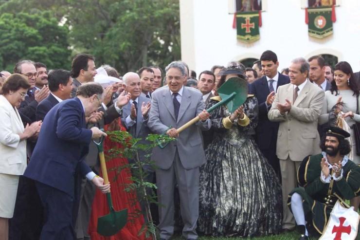 <strong> Os presidentes Jorge Sampaio,</strong> de Portugal, e Fernando Henrique Cardoso, do Brasil, plantam juntos uma semente de pau-brasil