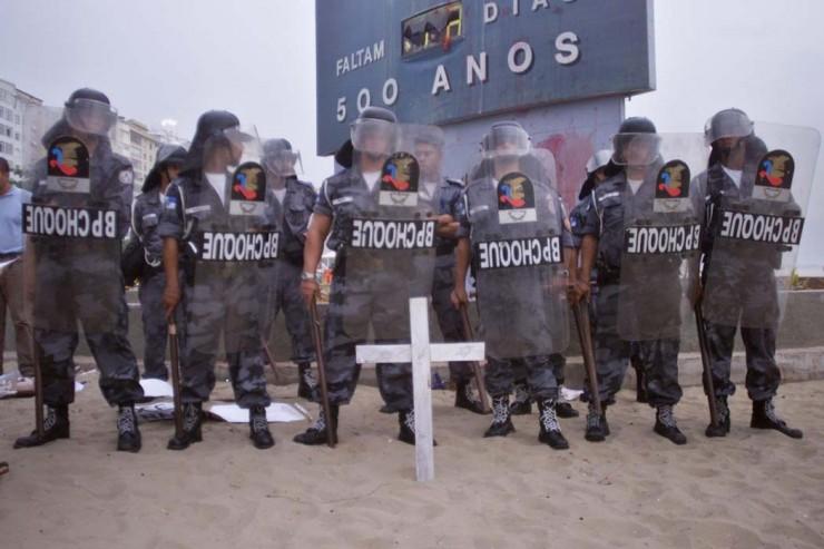 <strong> Tropa de choque da PM</strong> da Bahia faz o isolamento do relógio dos 500 anos do Descobrimento do Brasil em Porto Seguro