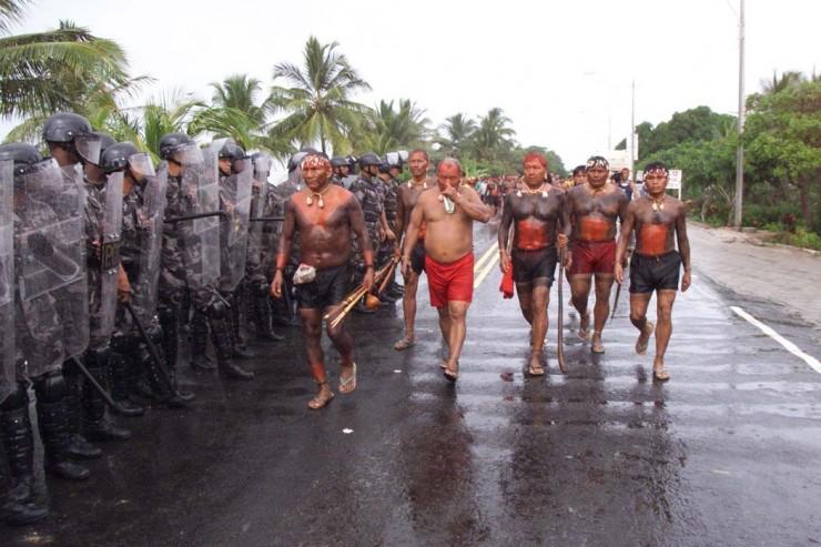 <strong> Índios xavantes são barrados </strong> na entrada de Porto Seguro; o grupo pretendia denunciar a drástica redução populacional de suas comunidades