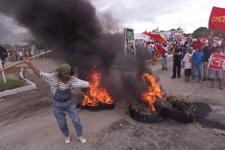<strong> Protesto em uma das estradas </strong> de acesso a Porto Seguro, do qual participaram partidos de esquerda, sindicatos e o MST