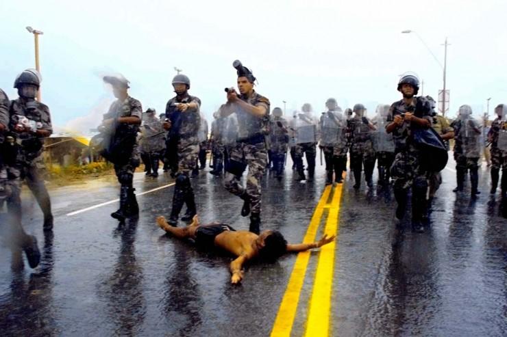 <strong> Gildo Terena deita-se na estrada</strong> para tentar conter o avan&ccedil;o da Pol&iacute;cia Militar contra os manifestantes; os policiais ignoram o ato e passam por cima do seu corpo  &nbsp;
