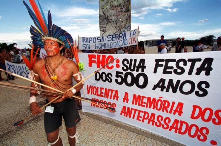 <strong> Índio protesta em frente ao Palácio do Planalto</strong> contra a comemoração dos 500 anos do Descobrimento do Brasil