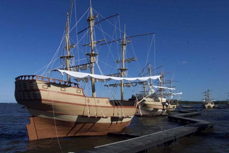 <strong> Réplica da Nau Capitânia</strong> da frota de Cabral, construída especialmente para a festa do Descobrimento, encheu-se de água logo após zarpar e teve de ser rebocada