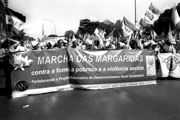 <strong> Frente da Marcha das Margaridas,</strong> ato que reuniu 20 mil mulheres agricultoras em Bras&iacute;lia em 2000 e que acontece todos os anos