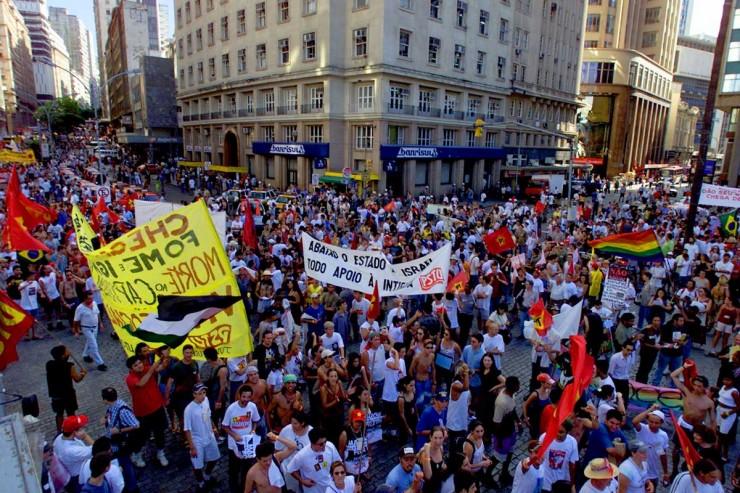 <strong> Na abertura do F&oacute;rum Social Mundial,</strong> a Marcha contra a Globaliza&ccedil;&atilde;o e pela Vida re&uacute;ne cerca de 10 mil pessoas no centro de Porto Alegre