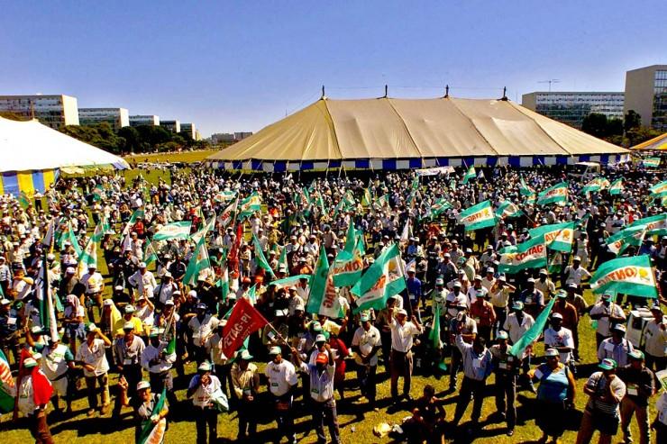 <strong> Trabalhadores rurais</strong> ligados &agrave; Confedera&ccedil;&atilde;o Nacional dos Trabalhadores na Agricultura fazem manifesta&ccedil;&atilde;o em frente ao Congresso Nacional