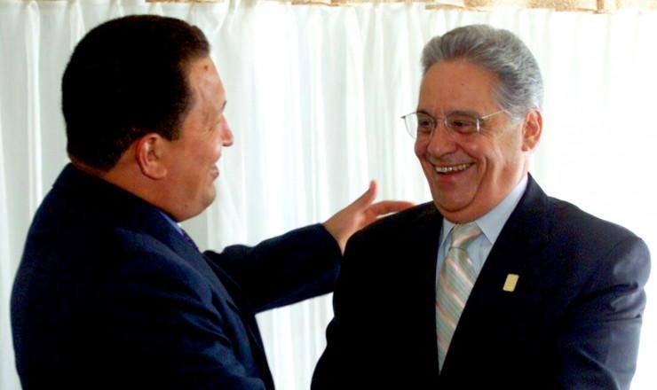<strong> Hugo Ch&aacute;vez, da Venezuela,</strong> e Fernando Henrique Cardoso se cumprimentam em Quebec, durante a C&uacute;pula das Am&eacute;ricas
