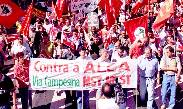 <strong> Manifesta&ccedil;&atilde;o na avenida Paulista, </strong> em S&atilde;o Paulo, organizada por movimentos sociais contra a ades&atilde;o do Brasil &agrave; Alca  &nbsp;