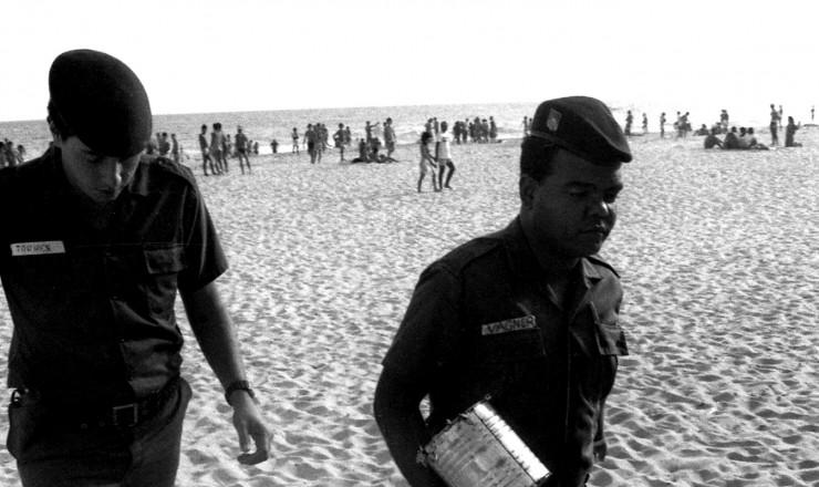 <strong> Policiais apreendem latas</strong> com&nbsp;maconha lan&ccedil;adas ao mar por navio estrangeiro  &nbsp;