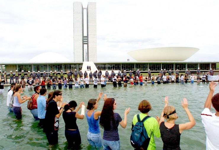 <strong> Manifesta&ccedil;&atilde;o de estudantes </strong> no espelho d&#39;&aacute;gua do Congresso Nacional pela cassa&ccedil;&atilde;o dos senadores Antonio Carlos Magalh&atilde;es, Jos&eacute; Roberto Arruda e J&aacute;der Barbalho