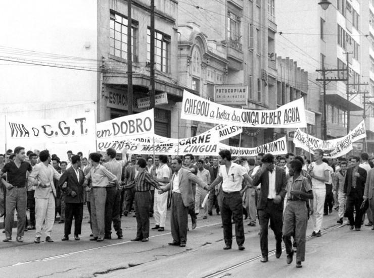 <strong> Paralisa&ccedil;&otilde;es e manifesta&ccedil;&otilde;es de trabalhadores,</strong> como na Greve dos 700 mil, de novembro de 1963, s&atilde;o proibidas pela Lei Antigreve