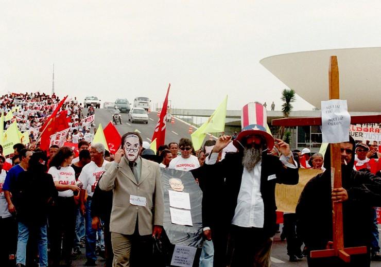 <strong> Enterro simb&oacute;lico do governo FHC</strong> em frente ao Congresso em Bras&iacute;lia; manifestante com m&aacute;scara do ministro da Educa&ccedil;&atilde;o, Paulo Renato Souza, segura a al&ccedil;a do caix&atilde;o  &nbsp;