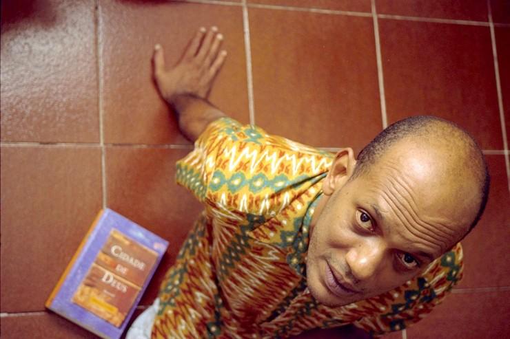 <strong> O escritor Paulo Lins e seu livro,</strong> que&nbsp;contribuiu para a retomada da discuss&atilde;o sobre as comunidades carentes na pauta pol&iacute;tica nacional