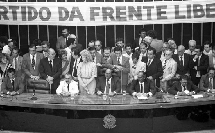 <strong> Lan&ccedil;amento oficial do PFL</strong> no Congresso Nacional, com Jos&eacute; Sarney (&agrave; esq.) e Aureliano Chaves, em janeiro de 1985