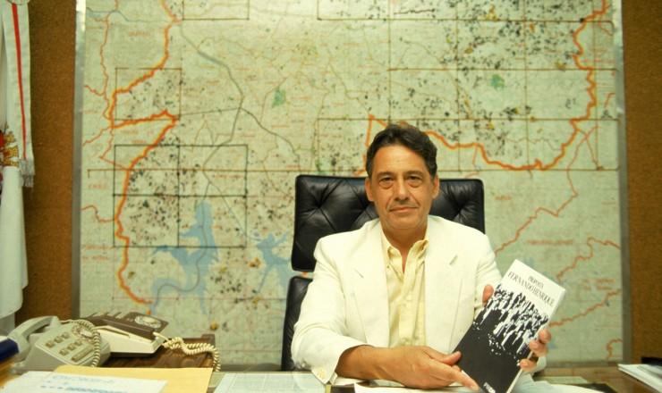 <strong> Fernando Henrique Cardoso</strong> posa para foto sentado na cadeira do prefeito de S&atilde;o Paulo no fim da campanha eleitoral, ato que foi considerado arrogante e que contribuiu para a sua derrota para J&acirc;nio Quadros  <br />