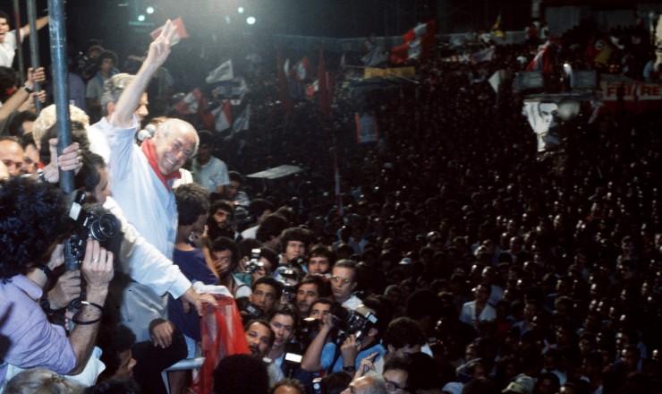 <strong> Leonel Brizola faz com&iacute;cio na Cinel&acirc;ndia, </strong> regi&atilde;o central do Rio de Janeiro, principal reduto eleitoral dos pedetistas, que passaram a cham&aacute;-la de &ldquo;Brizol&acirc;ndia&rdquo;  &nbsp;
